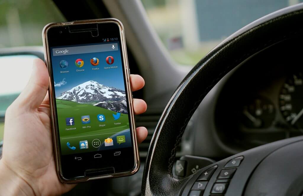 ¿La ley se aplica con suficiente eficacia al usar teléfonos móviles al volante?