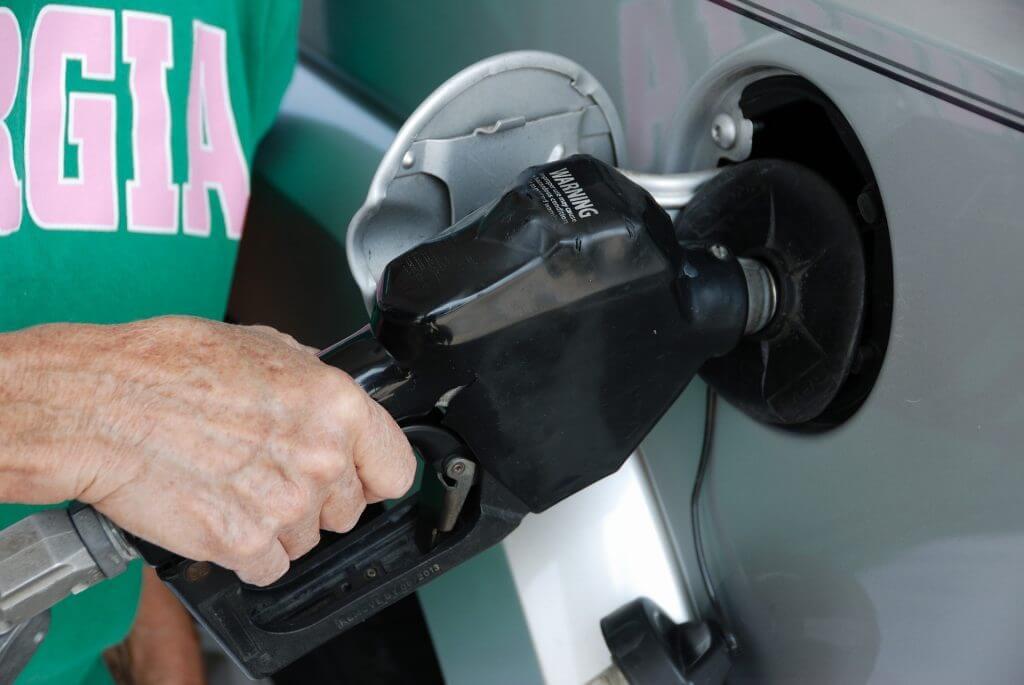 Cómo conducir para ahorrar combustible