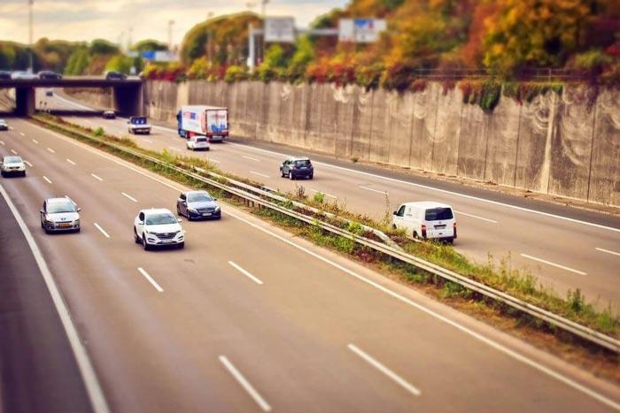 ¿Por qué no debe conducir lento en el carril izquierdo?