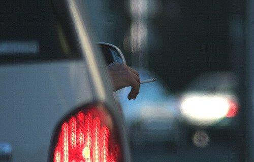 fumar al volante puede ser sancionado