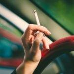 ¿Por qué debes evitar fumar mientras conduces?