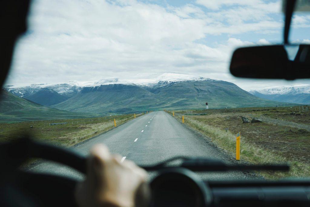 Cómo conducir con viento fuerte durante el invierno
