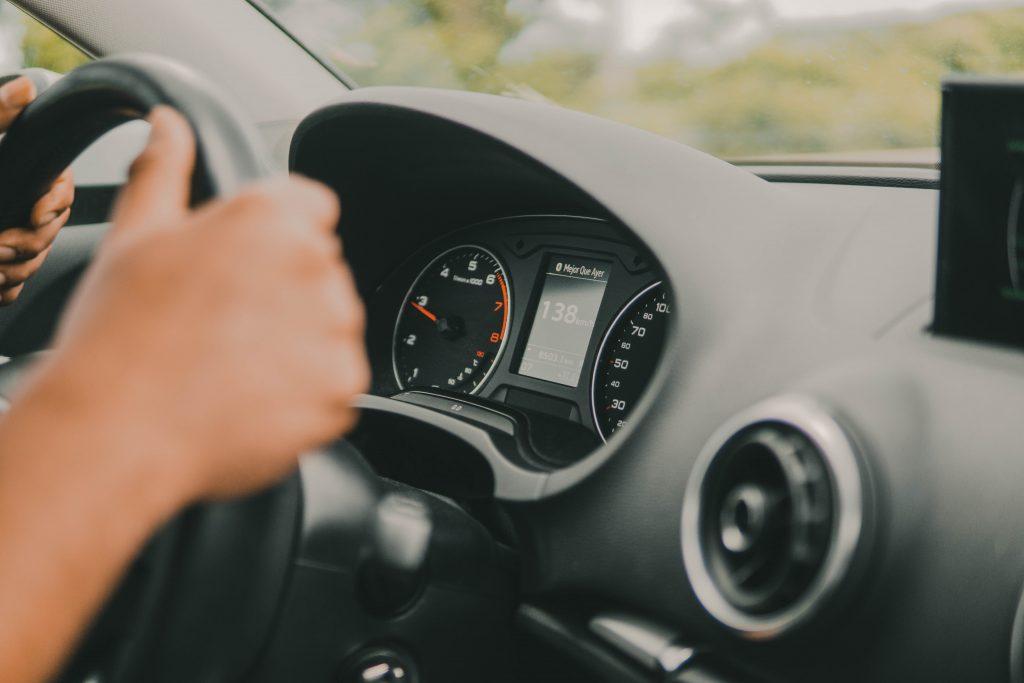 sujeta el volante con ambas manos