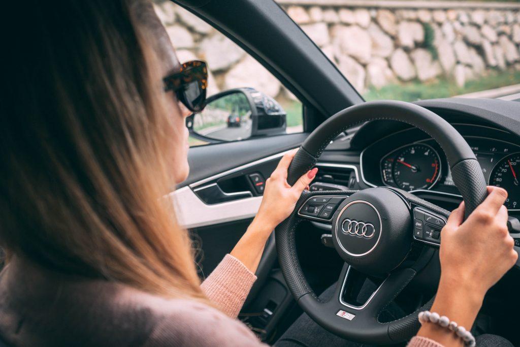 mujer sujeta el volante con ambas manos